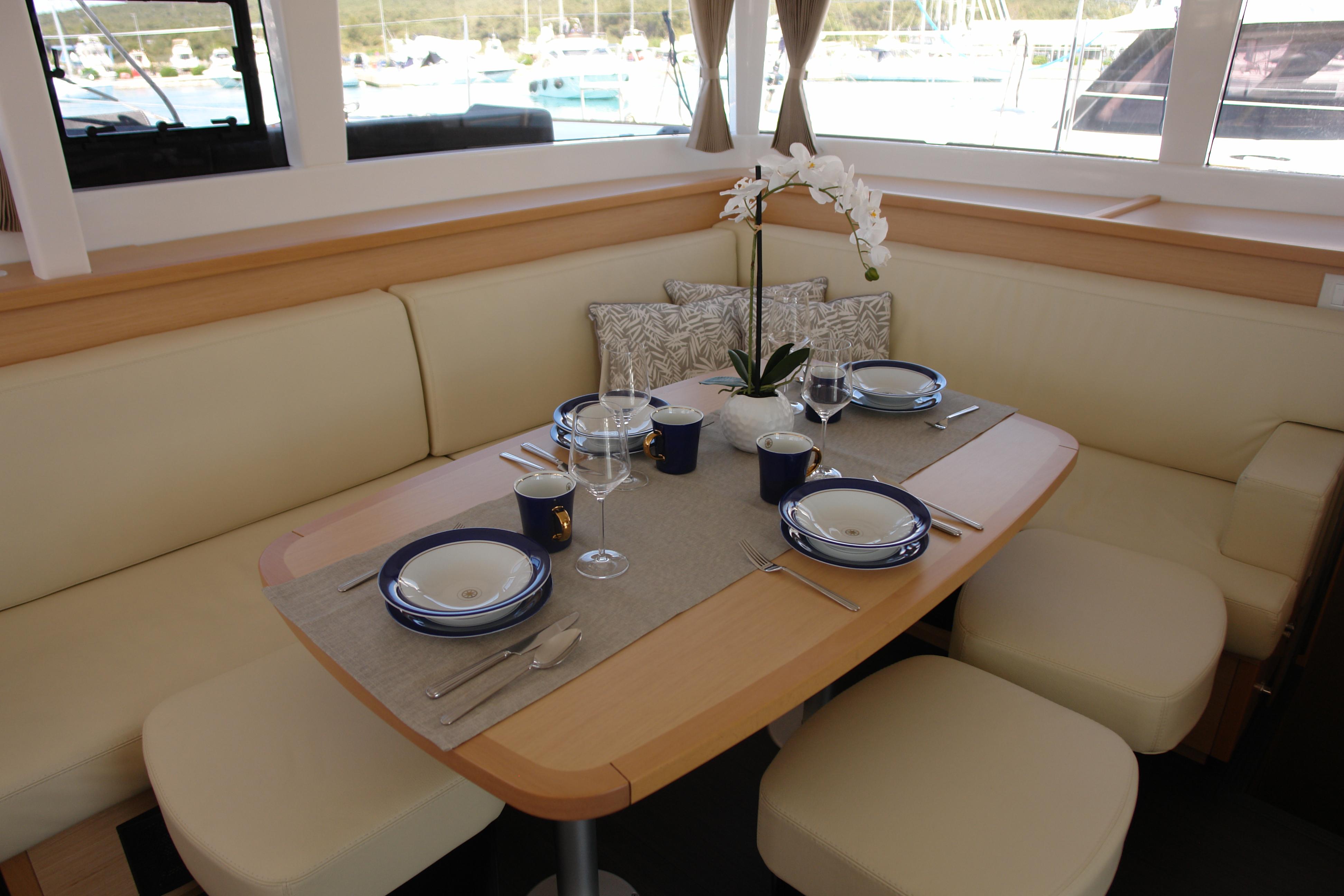 Tisch mit Porzellan von Kahla